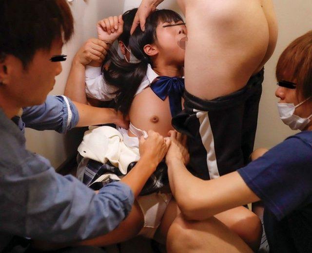 学校帰りの女子校生が玄関開けたら即イラマチオで輪姦レイプされる動画