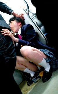 満員電車の隅に追いやられた女子校生がイラマ地獄で口内レイプされる動画 画像