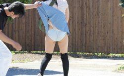 帰宅途中の美少女が突然パンツを擦り下ろされる鬼畜イタズラ動画 画像