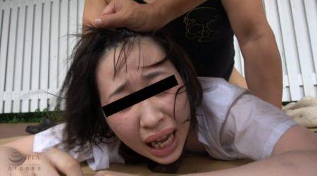 下校途中の清純な女子校生が強姦魔に襲われて野外で輪姦レイプされる動画 画像