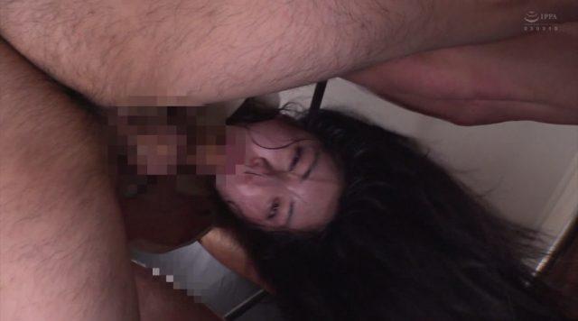 塩見彩 ドМ女が喉奥イラマチオで泣きながら口内を犯される動画